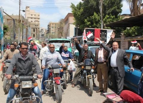 """عمال """"غزل شبين الكوم"""" ينظمون مسيرة لدعم المشاركة في الاستفتاء"""