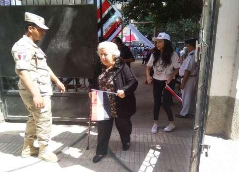عجوز تدعو الشباب للاستفتاء على الدستور: انزلو علشان نعيش في أمان