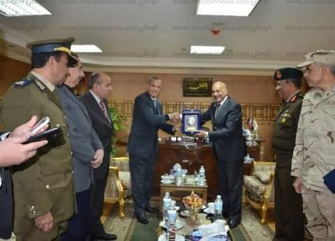 بالصور | محافظ قنا يهنئ مدير الأمن بعيد الشرطة