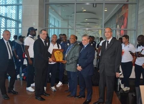 مطار القاهرة الدولي يستقبل منتخبي بوروندي وناميبيا بالورود
