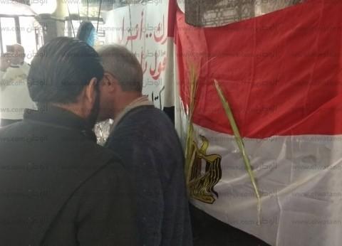 """""""السعف على العلم المصري"""".. احتفال المصلين بكنسية العذراء بختام القداس"""