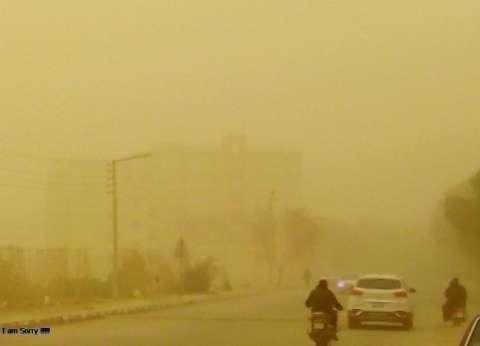 عواصف ترابية تضرب مراكز الوادي الجديد وتعيق الحركة المرورية
