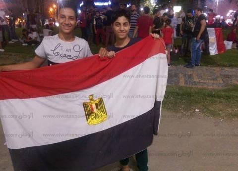 """شاب يشارك بعلم اشتراه في 25 يناير 2011: """"نفسي مصر تاخد كأس العالم"""""""