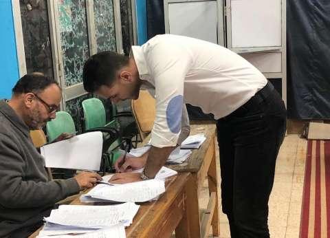بالصور| الإعلامي إبراهيم عبد الجواد يدلي بصوته في الاستفتاء