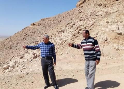 رئيس مدينة القصير يتفقد تمهيد طريق المنطقة الصناعية في قرية الحمراوين