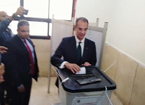 """وزير الاتصالات يدلي بصوته في لجنة """"الشيخ زايد الفندقية"""""""