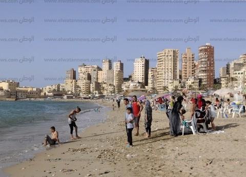 فى المحافظات: شواطئ الإسكندرية كاملة العدد والغلابة يلجأون لـ«المجانية»