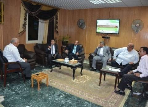 محافظ الوادي الجديد يبحث خطط التنمية مع مدير فروع البنوك