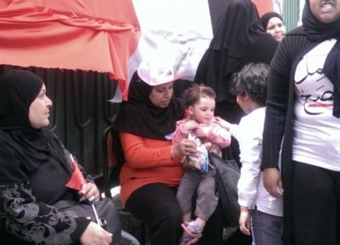 """""""فاطمة"""" بصحبة ابنتها وحفيدتها لمساعدة الناخبات: """"بعلمهم حب البلد"""""""