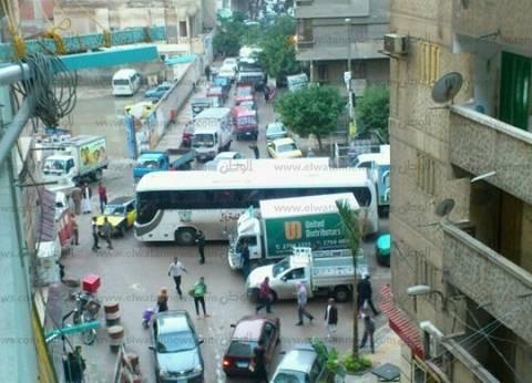 بالصور| أهالي السيوف بالإسكندرية يقطعون الطريق بعد غرق منازلهم