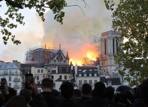 """""""قنيبر"""": رجال الإطفاء يحاولون إنقاذ بعض اللوحات من كاتدرائية نوتردام"""