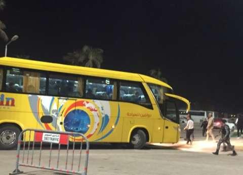 بالصور.. الزمالك يستقل حافلة سياحية بعد تعطل أتوبيس الفريق