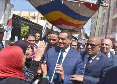 """آمنة يتفقد لجان """"حوش عيسى"""".. ويشيد بمشاركة المواطنين في الاستفتاء"""
