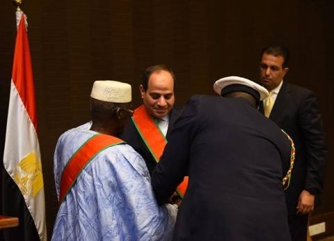 رئيس غينيا يقيم مأدبة عشاء على شرف السيسي ويقلده أرفع وسام في البلد