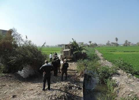 بالصور| إزالة 77 حالة تعدِ بالبناء على أراضي زراعية في مركزين بالفيوم