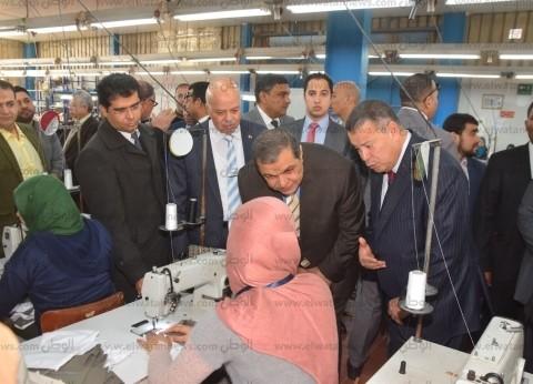 وزير القوى العاملة يتفقد مصنع للملابس الجاهزة في بني سويف