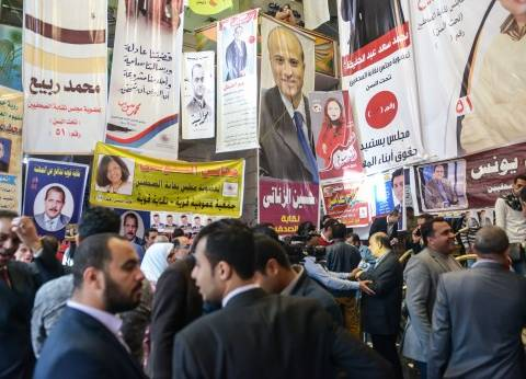 """أيمن عبدالمجيد يوزع ورقة دعاية عليها أرقام الوزراء أمام """"الصحفيين"""""""