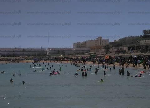 بالصور| شواطئ الغردقة تستقبل المحتفلين بشم النسيم.. وغطاسون لمنع الغرق