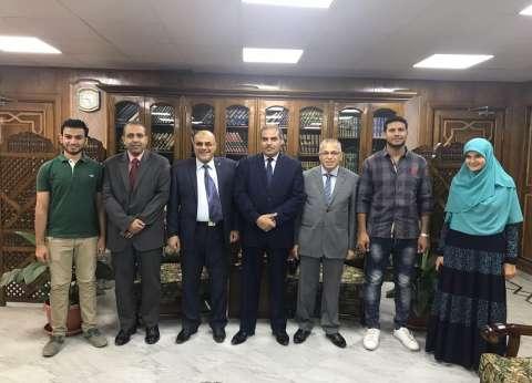 """رئيس جامعة الأزهر يكرم الطلاب الفائزين بمسابقة """"هواوي"""" العالمية"""