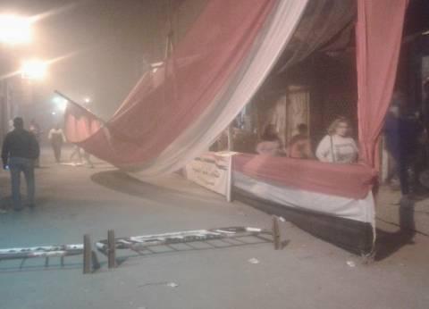 العاصفة الترابية تسقط ممر خشبي للجنة المحبة بالظاهر واﻷمن يغلق الطريق