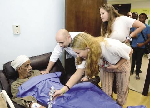 طلاب جامعات ميونيخ يدعمون مرضى السرطان فى الصعيد