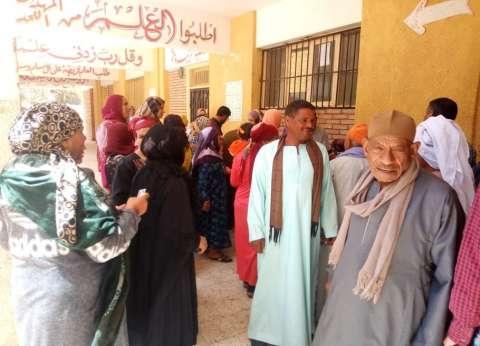 """إقبال كبير بلجان قرية """"زهرة"""" للاستفتاء في المنيا"""