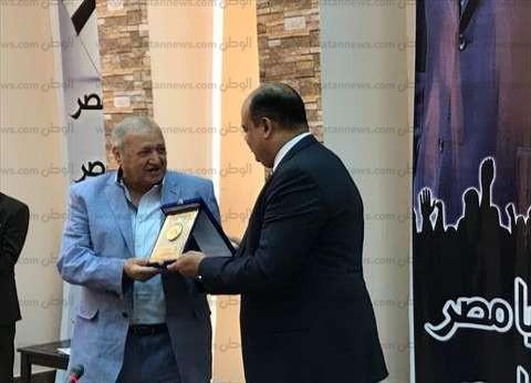 """أبو زيد يمنح وفد """"سياحة النواب"""" درع محافظة مطروح"""