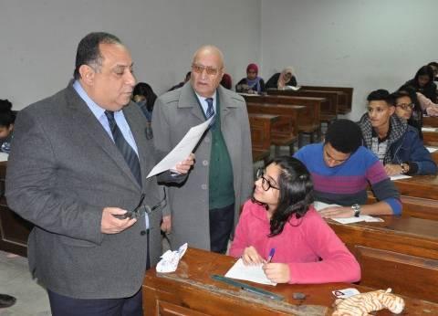 بالصور| رئيس جامعة حلوان يتفقد سير الامتحانات