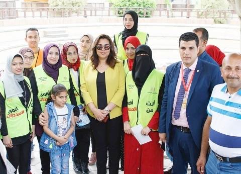 محافظ دمياط تلتقط الصور التذكارية مع المواطنين في أول أيام العيد