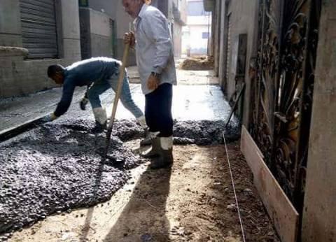 استكمال أعمال الرصف بالبلاطات الخرسانية بقرية ميت الخولي بدمياط