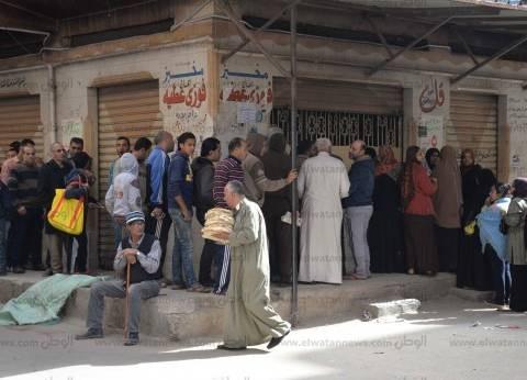 «فتنة الخبز» تهدأ نسبياً فى الإسكندرية.. واستمرار تكدس أصحاب البطاقات أمام مخابز الدقهلية