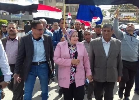 """رئيس """"محلية المحمودية"""" تتقدم مسيرة للعاملين إلى لجان الاستفتاء"""