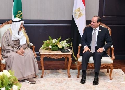 السيسي يستقبل أمير الكويت على هامش القمة العربية الأوروبية