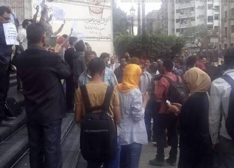 """صحفيون ينظمون مسيرة بمحيط النقابة: """"فكوا الحصار"""""""