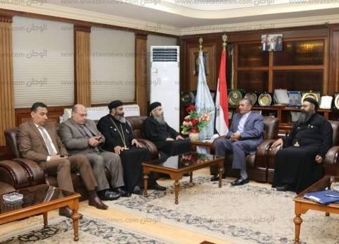 """محافظ كفر الشيخ يستقبل وفد الكنيسة لتقديم العزاء في شهداء """"الروضة"""""""