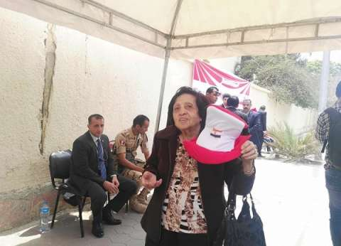 """بـ""""كاب وعلم مصر"""".. نادية لطفي تتحدى المرض وتشارك في الاستفتاء"""