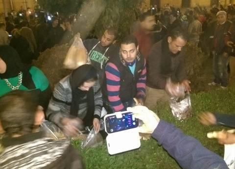 مسلمون يوزعون الطعام على المتواجدين أمام الكنيسة البطرسية