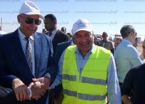 محافظ أسوان يتفقد مشروع الطاقة الشمسية في قرية بنبان