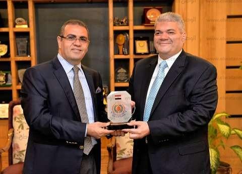 رئيس جامعة المنصورة يكرم صلاح عبية بعد درجته الفخرية من جامعة نوتنجهام