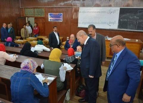 رئيس جامعة الزقازيق يتفقد لجان الامتحانات بالكليات