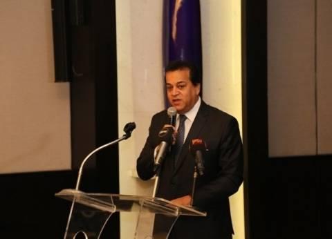 عبدالغفار يستعرض تقريرا عن تنظيم جامعة الإسكندرية قافلة طبية إلى كينيا