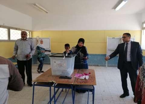"""250 يصوتون بالاستفتاء بمدرسة نجيب محفوظ في """"6 أكتوبر"""": الشباب متصدرون"""