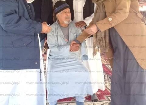 أكبر مسن بقرية القواسم يدلي بصوته في الاستفتاء بمطروح