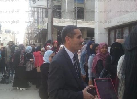 """رئيس """"قناة السويس"""" يطمئن على الطالبات المغتربات باللجان الانتخابية"""