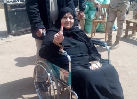 """""""سميرة"""" تتحدى كسرها وتذهب للتصويت بكرسي متحرك: """"عايزة أدي لبلدي حقها"""""""