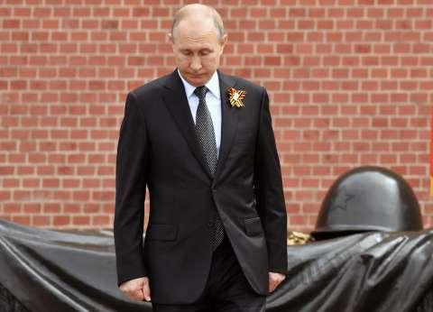 بالفيديو| استقبلها في الكرملين.. بوتين يلتقي معلمته ويقبلها على جبينها