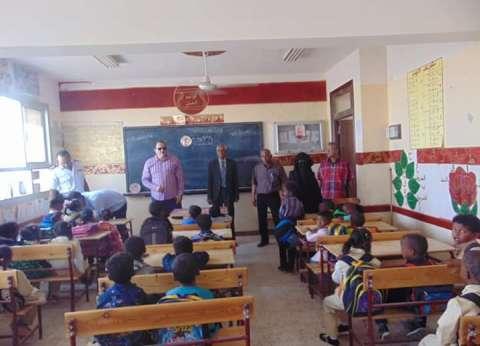 رئيس مدينة شلاتين يتفقد عددا من المدارس ويكرم الطلاب المتفوقين