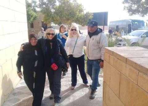 """وفد سياحي يلتقط صورا مع """"ريفية"""" استقبلتهم بالزغاريد في المنيا"""