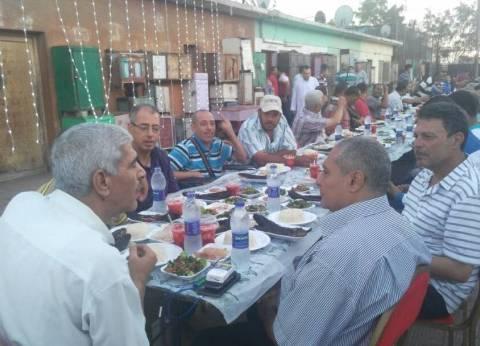 """رئيس """"السكة الحديد"""" يشارك العاملين بورش بورسعيد إفطارهم على الرصيف"""