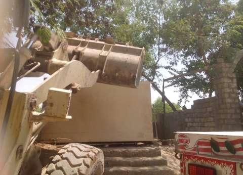 إزالة أكشاك مخالفة خلال حملة مرافق في المنيا